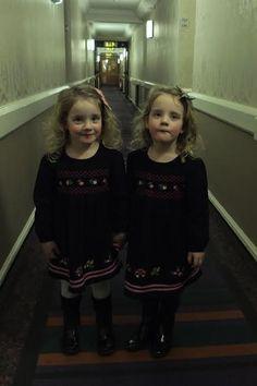恐怖の双子が宿泊客をビビらせている