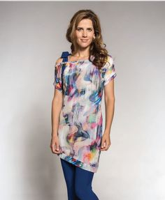 Watercolor abstract art and asymmetrical cold bow tied shoulder is this exquisitely designed long tunic! Abstract Watercolor Art, Watercolour, Myco Anna, European Fashion, Stylish Dresses, Curves, Tunic Tops, Bows, Couture