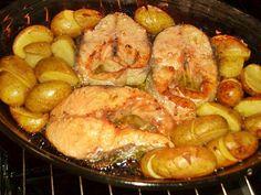 Salmão no forno com batatinhas - http://www.receitasparatodososgostos.net/2016/01/08/salmao-no-forno-com-batatinhas/