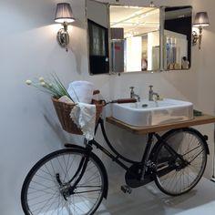 Pour un style traditionnel mais original, récupérer votre vieux vélo et faites en un superbe plan vasque ! #salonISH, #décorationsalledebain, #salledebainoriginale, #planetebain, #récup