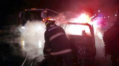 Puebla, Pue.- A través de operativos de reacción inmediata, elementos del Heroico Cuerpo de Bomberos controlaron y sofocaron dos incendios en distintos puntos de la ciudad de Puebla, sin que se registraran personas lesionadas.   En el primer caso, bomberos arribaron al kilómetro 129 de la autopista Puebla-Orizaba, a la altura del parque industrial Puebla 2000, donde una camioneta Ford Explorer con placas de circulación MDM-91-87 se encontraba en segunda fase de quemado.