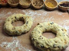 Bolo Rei e Bolo Rainha Tradicional Portuguese Recipes, Bagel, Deserts, Goodies, Bread, Baking, Cook, Christmas, Portuguese Desserts