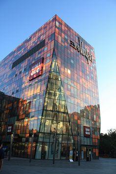 745f00e7cf581e Uniqlo Store at Sanlitun SOHO, Beijing. Facade Lighting, Kengo Kuma, Soho,
