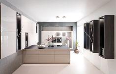 Moderne keuken met beige keukenkasten, kookeiland en zwarte decoratie aan de muur
