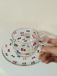 耐熱グラスのティーカップとソーサーにカラフルなリボンをちりばめました。 ティーカップは小さめですが、持ち手が大きめのため、持ちやすいです。 飾っておくだけでも...|ハンドメイド、手作り、手仕事品の通販・販売・購入ならCreema。