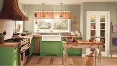 Cozinha com armário verde.
