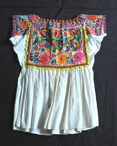 Here is a photo of the back of the Chatino blouse shown in the previous posting. From Santiago Yaitepec, Oaxaca Mexico Mexican Embroidered Dress, Mexican Blouse, Mexican Embroidery, Mexican Outfit, Mexican Dresses, Mexican Style, Embroidered Blouse, Mexican Fashion, Ethnic Fashion