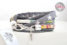 Armband gewickelt aus Leder und Stoff kombiniert in grau und bunt mit Sternen & Wickelarmband für Frauen