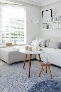 weißes ecksofa tisch holzbeine teppich blaunuancen