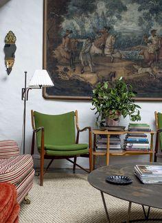 Olohuoneen seinällä on 1700-luvulta metsästysaiheinen suuri maalaus ja sen edessä tanskalaisen Finn Juhlin vuonna 1945 suunnittelemat, vihreällä kankaalla päällystetyt 45-nojatuolit.