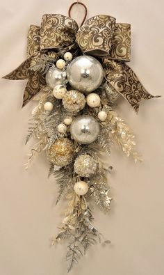 Check Out 21 Classy Christmas Decorations Ideas To Get Inspired. Get inspired by these Christmas decorating ideas to transform your home into a holiday haven. Gold Christmas Decorations, Christmas Swags, Elegant Christmas, Holiday Wreaths, Christmas Holidays, Christmas Ornaments, Country Christmas, Christmas Wreaths For Front Door, Christmas Island