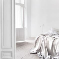 Cozy danish home. White bedroom, nice lighting and relaxed home style Beautiful Bedrooms, Beautiful Homes, Beautiful Things, Home Bedroom, Bedroom Decor, Master Bedroom, Budget Bedroom, Bedroom Ideas, Serene Bedroom