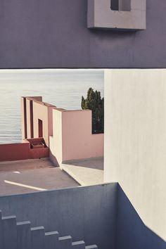 Photographer Nacho Alegre captures views of Ricardo Bofill's La Muralla Roja in Alicante. Ricardo Bofill, Colour Architecture, Minimal Architecture, Organic Architecture, Amazing Architecture, Apartment Complexes, Red Walls, Dream Apartment, Summer Dream