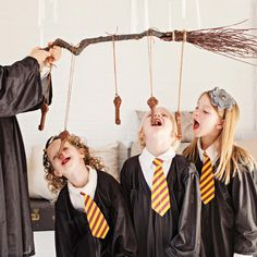 How to Throw a Harry Potter Party - Parenting - - Looking to host a Harry Potter-themed party? We've rounded up Hogwarts-themed birthday games, snacks and activities from Kara's Party Ideas. Plus: 61 Amazing Birthday Cake Ideas. Harry Potter Halloween, Cosplay Harry Potter, Harry Potter Motto Party, Harry Potter Party Games, Harry Potter Snacks, Harry Potter Activities, Harry Potter Party Decorations, Birthday Decorations, Harry Potter Thema