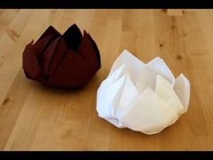 Origami Fleur de lotus -- best napkin flour tutorial Plus Napkin Origami, Fabric Origami, Paper Crafts Origami, Napkin Folding, Oragami, Christmas Tree Napkin Fold, Origami Lotus Flower, Lotus Flowers, Origami Videos
