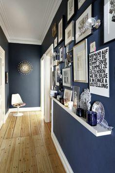 couloir moderne, sol en plancher, mur avec photos murales, mur gris, plafond blanc