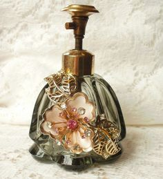 Brown with Pink Vintage Jewelry Embellished Perfume Bottle This is a very old brown jewelry embellished perfume bottle with a pink flower and gold tone leaves with rhinestones. Antique Perfume Bottles, Vintage Bottles, Perfume Atomizer, Perfumes Vintage, Glas Art, Beautiful Perfume, Bottle Vase, Glass Bottles, Glass Vase
