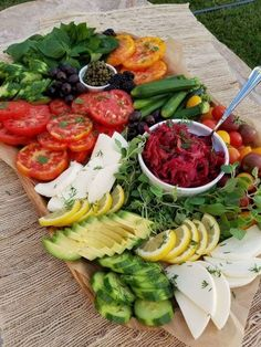 Summer Vegetable Platter for a Party - Clean Food Crush Veggie Plate, Veggie Tray, Vegetable Salad, Party Food Platters, Food Trays, Party Food Bars, Clean Recipes, Cooking Recipes, Clean Foods
