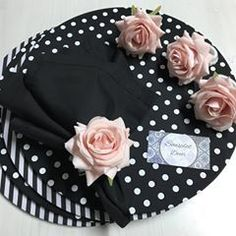 Clássico e super elegante!! Essa composição esta belíssima! #sousplatdecor #sousplat #pretoebranco #portaguardanapos Diy Home Crafts, Arts And Crafts, Beauty Table, Food Art For Kids, Living Room Furniture Layout, Napkin Folding, Flower Centerpieces, Napkin Rings, Tablescapes