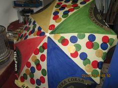Un vieux parasol décoloré par le soleil s'est refait une nouvelle vie pour égayer le jardin d'enfants