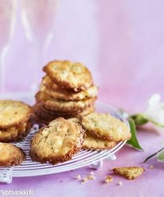Täyteläiset juustokeksit ovat täydelliset suupalat niin alkumaljan kuin saunaoluen kanssa | Kotivinkki Baking Recipes, Dessert Recipes, Desserts, Savoury Baking, Sweet Pastries, No Bake Cookies, Baking Cookies, Finger Foods, Food Hacks