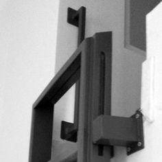 Echelle bois et acier : rétractable par glissement sur pivots pour limiter la place dans une chambre d'enfant. Main courante en acier avec semelles de fixations.