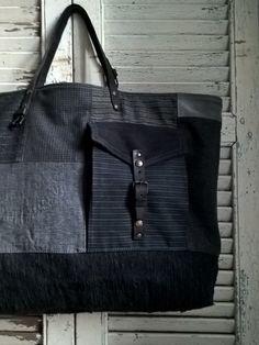 Dimensions: 58cm de large par 36cm de haut Fond du sac 45 x 14cm Jeu d'associations et de découpes autour de tissus de costumes anciens, lainag...