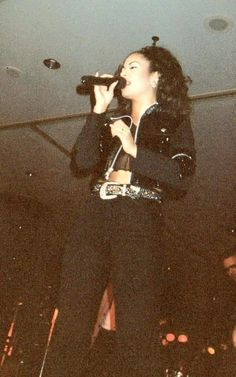 Selena Quintanilla Perez, Mexican American, Tex Mex, American Singers, Timeless Fashion, How To Memorize Things, Fashion Looks, Photoshoot, Queen