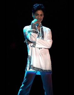 Just letting us sing to him! Prince♦the Beautiful One ♦♦♦♦♦♦♦♦♦♦♦♦ Prince Dead, Pictures Of Prince, Prince Images, Prince Gifs, Hip Hop, Music Genius, The Artist Prince, Paisley Park, Great Smiles