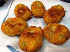 Υλικά: 1 κιλό πατάτες 1 φλιτζάνι ψιλοκομμένο μαϊντανό 1 κουταλιά ψιλοκομμένο δυόσμο 1 μεγάλο κρεμμύδι ψιλοκομμένο 1 σκελίδα σκόρδο λιωμένη 3 κουταλιές ελαιόλαδο 200γρ. τυρί σόγιας ½ κουταλάκι μοσχοκάρυδο 1 κουταλιά χυμό λεμονιού Αλάτι και πιπέρι Αλεύρι Σπορέλαιο για το τηγάνισμα Εκτέλεση: Καθαρίζουμε τις πατάτες και τις βράζουμε για
