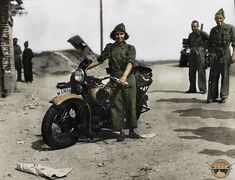 Republican Militia member poses next to a Harley Davidson motorcycle. Motos Harley Davidson, Military Coup, Anarchism, Espadrilles, Red Army, People Around The World, Civilization, Mists, Spanish