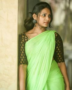 Dhivya Dhuraisamy, is a popular News Anchor and model from Tamil Nadu. Checkout the best 16 photos of Dhivya Dhuraisamy from various events. Indian Natural Beauty, Indian Beauty Saree, Beauty Full Girl, Beauty Women, Beauty Girls, Beautiful Girl Indian, Beautiful Saree, Bollywood Actress Hot, Braids For Long Hair