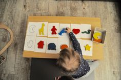 Heute möchte ich Dirzeigen, mit welchem Spielmeine Kinder die Farben gelernt haben. Beide haben das Spiel geliebt. Das tolle daran: Es ist erweiterbar, denn wenn die Farben beherrscht werden, kommen die Formen der Figuren ins Spiel.    Das benötigtihr dafür:   Einfärbige Formen mit klaren