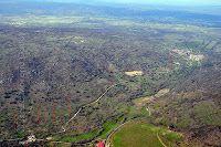 Vista aérea. Subida antigua del camino en Calzada de Bejar, que se ve al fondo, a la derecha.