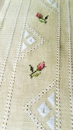 Beautiful floral/rose cross stitch embroidered tablerunner / tablecloth in linen from Sweden - punto de cruz Hardanger Embroidery, Embroidery Stitches, Hand Embroidery, Cross Stitch Rose, Cross Stitch Charts, Loom Crochet, Crochet Bedspread Pattern, Brazilian Embroidery, Bargello