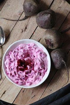 """Borani-e Laboo ist eine persische Vorspeise aus Rote Beete, griechischem Joghurt, persisches Blausalz und Pfeffer. Mit diesem Beitrag nehme ich an dem Blogevent """"Zurück zu den Wurzeln"""" von Kochtopf.me teil."""