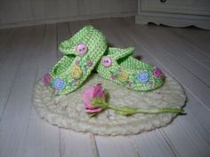 Dianna-Effner-Little-Darling-crochet-shoes-embroidered-with-roses