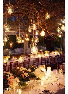 On mélange des petites branches d'arbres à des ampoules jardin mariage pinterest déco