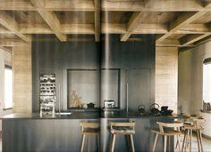 La cucina nasconde due pareti scorrevoli che in ogni momento possono isolarla dal resto della casa.