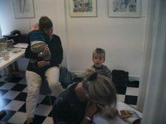 1e Expositie 2003. In Dordrecht. Ank en de kinderen kwamen een kijkje nemen.