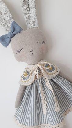 Muñeca de la tela muñeca de trapo muñeca de conejo regalo Lino Natural, Natural Linen, Fabric Toys, Bear Doll, Stuffed Animal Patterns, Toys For Girls, Handmade Toys, Softies, Doll Patterns
