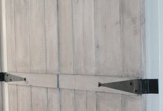 kastscharnier, zwart smeedijzer geschikt voor hoge houten kastdeuren.