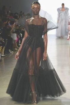 A model walks the runway for the Cong Tri fashion show during New York Fashion Week: The Shows at Gallery II at Spring Studios on February 2019 in New York City. week Cong Tri - Runway - February 2019 - New York Fashion Week: The Shows New York Fashion, Fashion 2020, Look Fashion, Fashion Tips, High Fashion Models, City Fashion, Catwalk Fashion, High Fashion Style, Catwalk Clothing