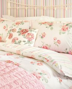 How to Make Your Shabby Chic Living Room Truly Unique – We Shabby Chic Shabby Chic Living Room, Shabby Chic Bedrooms, Shabby Chic Homes, Modern Bedroom, Bedding Sets Online, Luxury Bedding Sets, Comforter Sets, King Comforter, Shabby Chic Fabric
