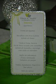 Ementa para mesa de casamento em branco, prata e verde.