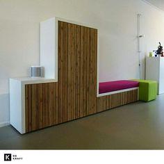 Dit is (het eerste deel van) een wand & zitmeubel ontworpen en gemaakt door de Gebroeders Bosma uit Utrecht. Kenmerkend aan het werk van de gebroeders zijn de repeterende latjes met ruimte ertussen wat het meubel zowel iets straks als speels geeft. Ook in het verwerken van technische snufjes zijn de gebroeders heer en meester. Bij het TV-meubel zal de TV na een druk op de knop uit het meubelstuk schuiven. Meer werk vind je hier: http://bit.ly/gebroedersbosma.  #architectuur #tv #bank…