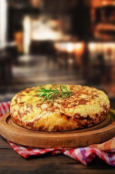 Η τορτίγια ή αλλιώς η ισπανική ομελέτα είναι ιδανική επιλογή όταν θέλετε να ετοιμάσετε ένα γεύμα στα γρήγορα. Θα την φτιάξετε με Αβγά Βλαχάκη και κατά προτίμηση ελευθέρας βοσκής που έχουν ξεχωριστή νοστιμιά. Cookbook Recipes, Cooking Recipes, Breakfast Snacks, Mexican Dishes, Fun Cooking, Greek Recipes, Frittata, Food Porn, Brunch