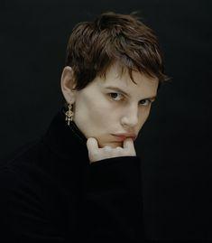 style de portrait. fond noir, lumière douce.