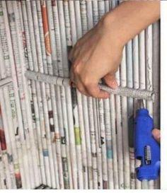 O jornal é uma ótima matéria prima para ser utilizado em artesanato, veja que graça a utilização em móveis! O mais legal é que essa técnica permite criar móveis como gaveteiros, pequenos armários ou o que a sua imaginação deixar! Veja algumas fotos e dicas do passo a passo. Móveis Material: Cola quente Cola comum …