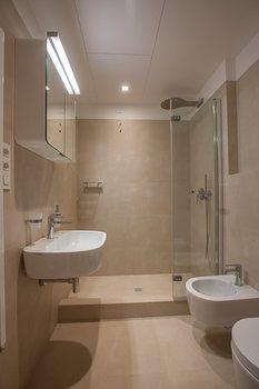 Koupelna je původní, nové jsou sprchový kout a umyvadlová část se skříňkou a s osvětlením